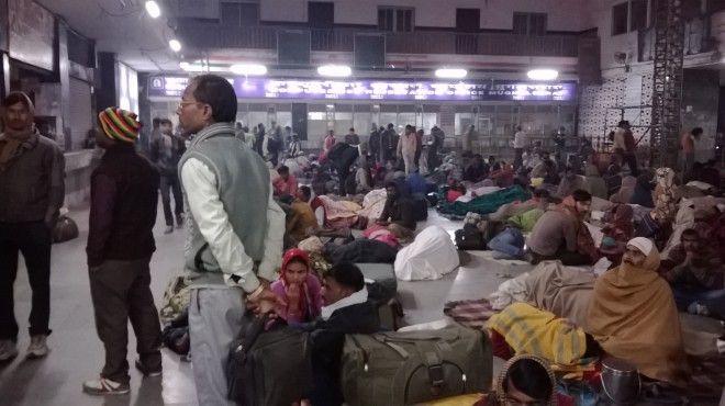 La estación de tren Varanasi a las 2 de la mañana