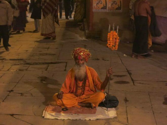 Sabio hindú a la orilla del Ganges