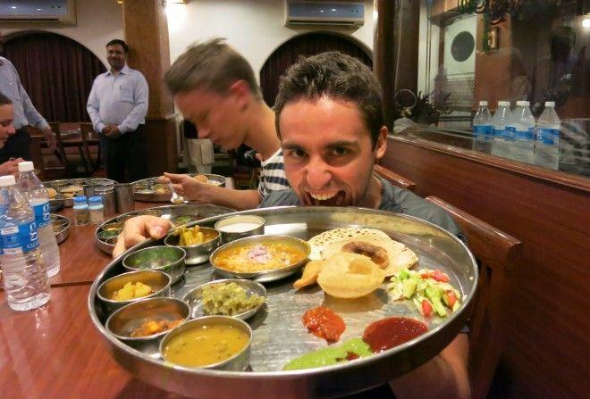 A punto de zamparme un delicioso thali vegetariano